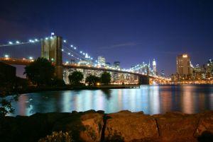 Puente de Brooklyn al anochecer con Manhattan al fondo, por Ladislav Somlyo