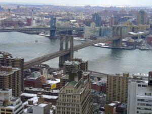 Puente de Brooklyn en primer término, visto desde Manhattan. Foto realizada por David Shankbone