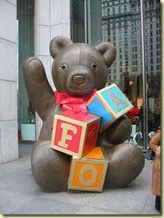 Gran oso en la tienda de FAO Schwarz en la Quinta Avenida