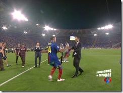 Thierry entrega la Copa a Guardiola durante la celebración