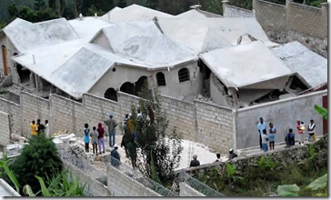 Edificio derruído en Thomassin a 16 Km de Puerto Príncipe (Reuters)