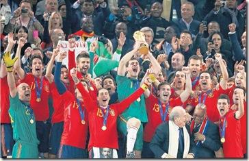 Iker Casillas levantando la copa de campeones del mundo